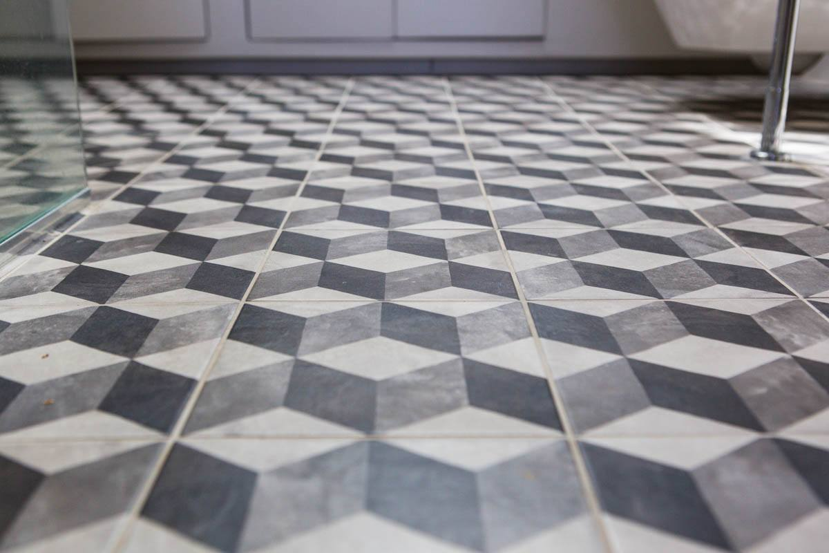 Optical illusion with geometic tiling in loft wetroom